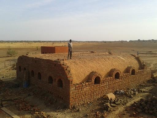 murianette-gomponsom-cave-en-structure-voute-nubienne-en-cours-de-construction